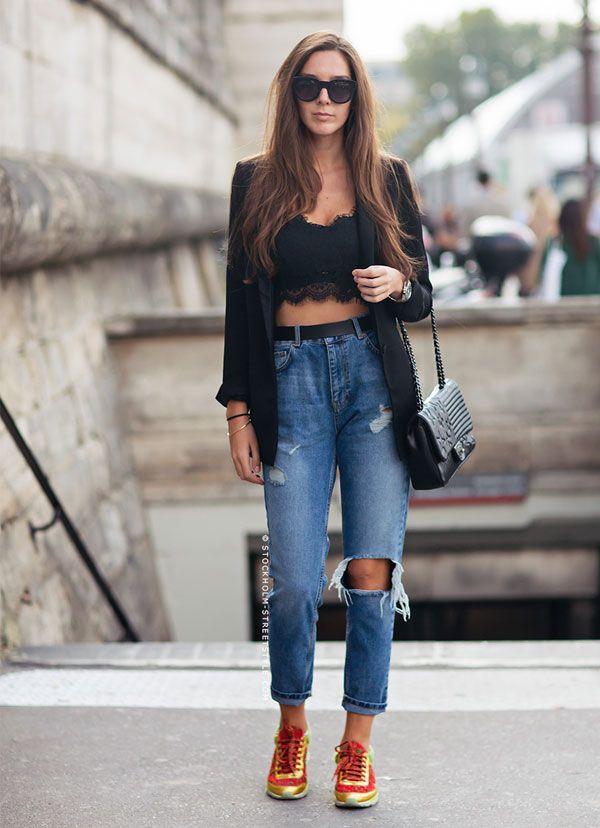 Look de Estelle Pigault com calça jeans rasgada de cintura alta e top cropped de renda.