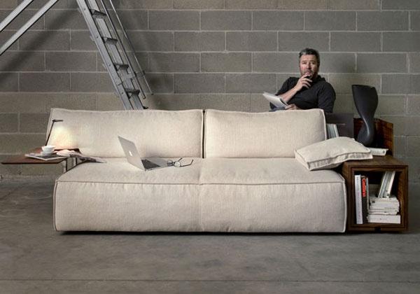 Si chiama My World ed è il nuovo divano disegnato da Philippe Stark per Cassina. Un imbottito che vuole essere prima di tutto comodo e ricco di optional tecnologici: dalla presa USB al caricatore senza fili. Pensato per chi, come il grande designer francese, ama lavorare dove capita, con iPad o smartphone sempre a portata di mano.