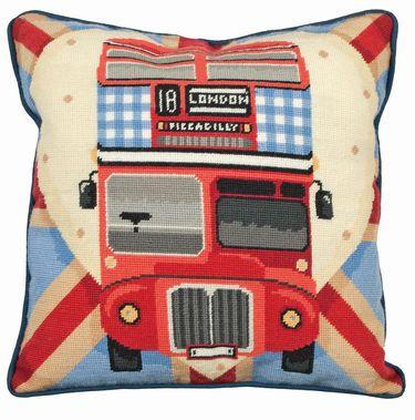 6ALR76 Stramaj pude - London Bus 40 x 40 cm   Sys med halve sting på malet stramajstof med 12 huller per 10 cm / 4,8 sting pr. cm.   Pakken indeholder malet stof, garn, mønster og en nål.   Pude og bagstof er ikke inkluderet, men kan købes under 'Tilbehør'.