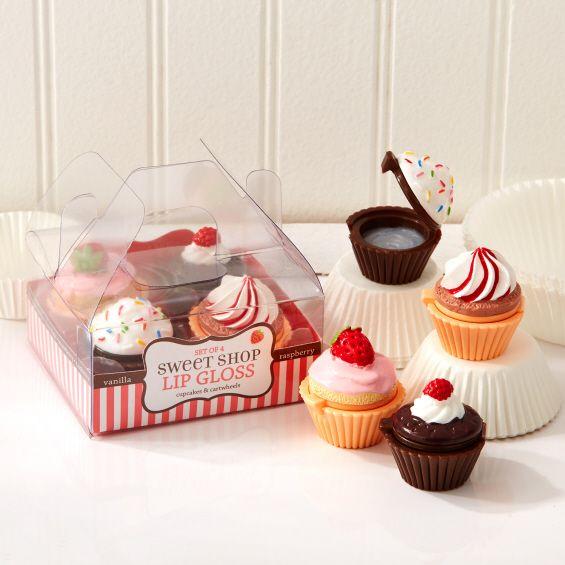 Produit: Cupcakes & Cartwheels a créé une ligne de soins pour les lèvres parfumés à 4 saveurs - Fraise, Vanille, Chocolat, Myrtille. Composants: des baumes à lèvres savoureux dans un étui en plastique en forme de cupcake. Le design de l'emballage coloré et ludique évoque la nostalgie de l'enfance et la gourmandise, une image jeune et joviale.