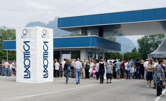 Luxottica convola a nozze con la francese Essilor, in una fusione da 50 miliardi di euro. Lo annunciano ufficialmente le due società real...