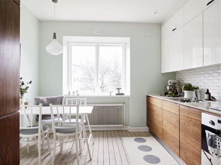 Светло-голубые стены в интерьере кухни
