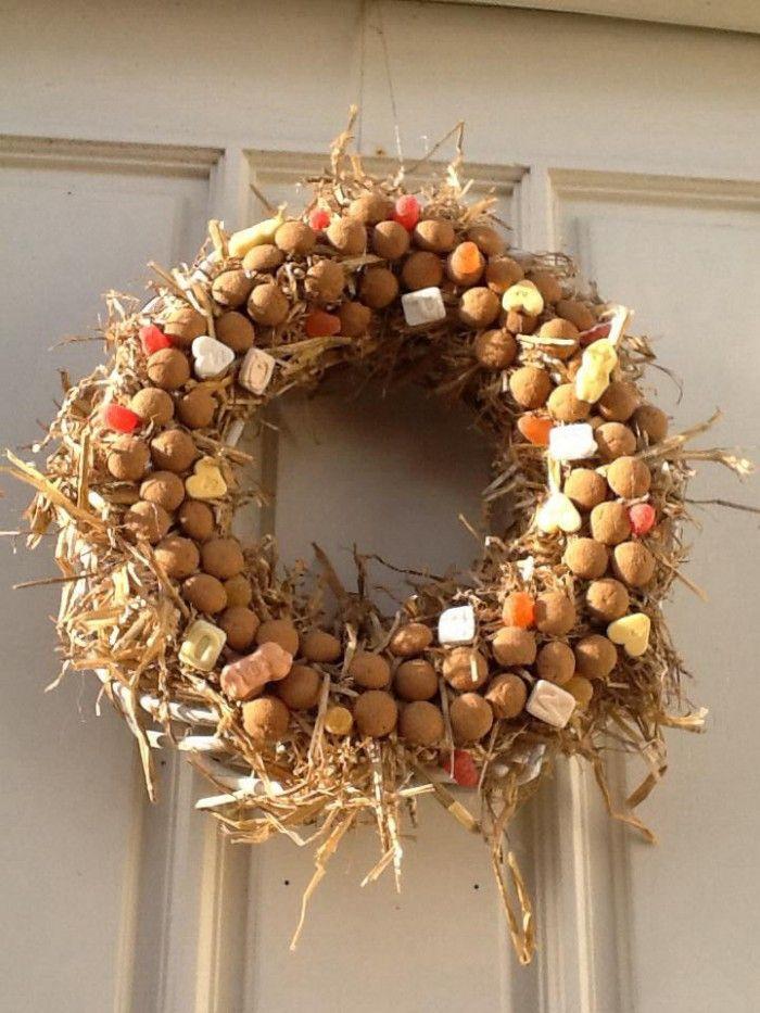 Leuke krans voor aan de voordeur, weten Sinterklaas en zwarte Piet waar ze heen moeten ;-) Een strokrans omwikkelen met stro en met wikkeldraad vastzetten. Daarna met een lijmpistool de pepernoten en snoepjes erop lijmen. Erg leuk resultaat.