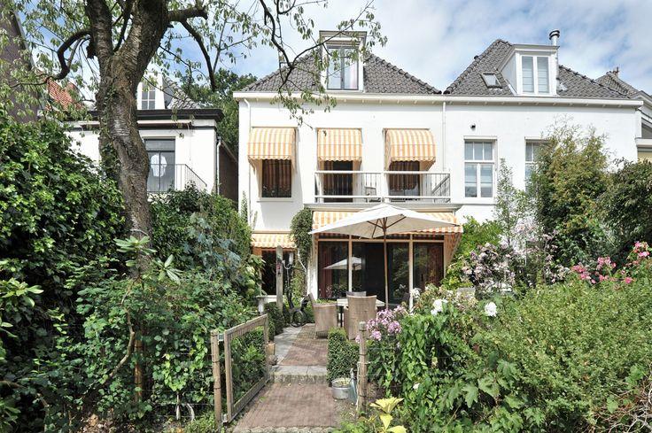 Ter Pelkwijkpark 10, Zwolle. Op unieke locatie, in de binnenstad van Zwolle gelegen, riant herenhuis met inpandige berging en fraai aangelegde tuin, aan de gracht gelegen, op het zuiden. Het huis beschikt over een gedeeltelijk vernieuwde aanlegsteiger, waardoor u overal heen kunt varen.  Een unieke ligging, rustig en alle voorzieningen van de stad binnen handbereik. Het huis is in 2009 ingrijpend gemoderniseerd, en heeft 2 badkamers en 6 slaapkamers, waarvan één en-suite.