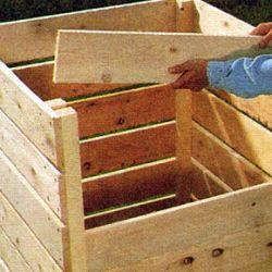 Ein Kompostbehälter verwandelt Küchen - und Gartenabfälle schnell in wertvolle Komposterde, viele Gartenbesitzer haben mehrere Kompostbehälter
