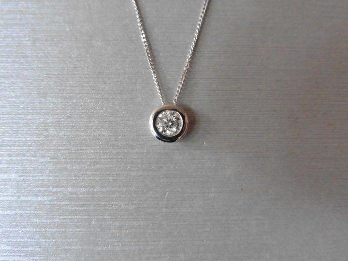 """18 k Gold Diamond Solitaire hanger en ketting - 0.40 ct  Enkele Diamond Pendant1 x brilliant cut diamond 0.40ctkleur - H / ikClarity - I1Gouden gewicht - 0.73 gram16 """"keten gewicht - 054 gramfijn 18 k witgoud GourmetkettingDonut stijlinstelling (rub over)geen baalHallmarked 750 op hangerWordt geleverd in presentatie doosVerzendings Opties uit het Verenigd Koninkrijk-Gratis verzending via Royal Mail (maximaal 15 werkdagen)Koerier 1-3 dagen 30 euro (gelieve e-mail is directe) Let op: sommige…"""