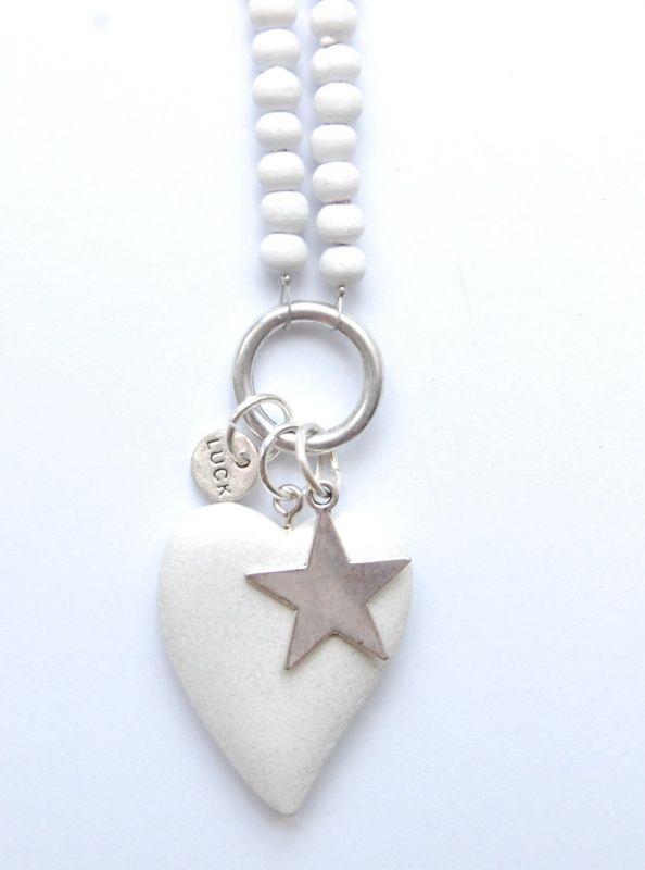 Een ring als basis gecombineerd met wit hout en zilver...