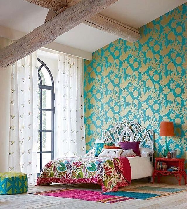 В яркой спальне, утопающей в сочных оттенках и крупном орнаменте, текстильный декор окон должен быть лёгким и невесомым. Но, согласитесь, традиционный однотонный тюль был бы здесь неуместен. Чтобы связать его с тропическим колоритом спальни, легкому тюлю можно добавить орнамент в виде птичек #inspiration #enjoy_home #дизайнинтерьера