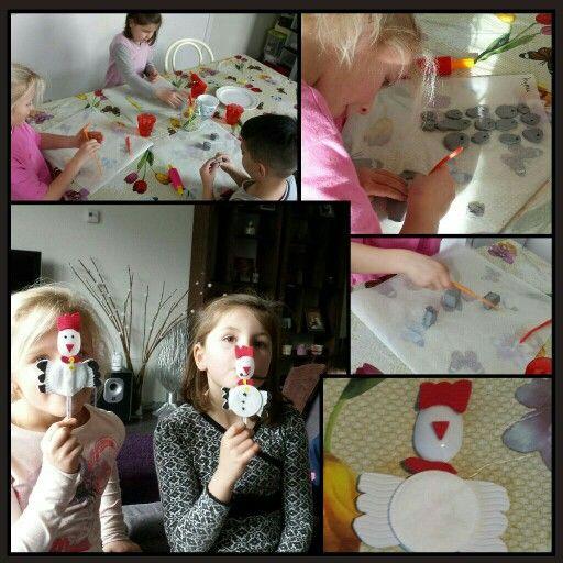 Kipjes maken van plastic lepels en wattenschijfjes.