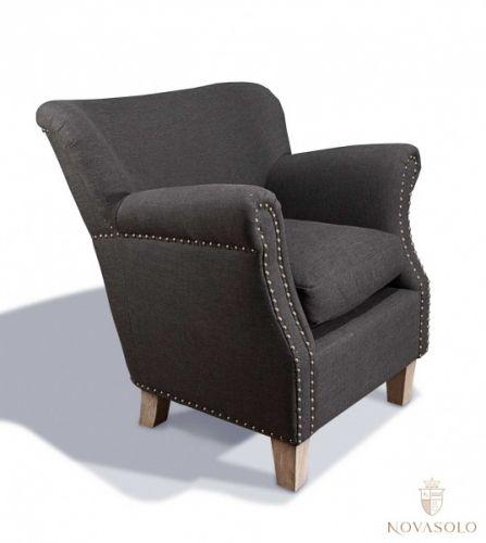 Nett og delikat Country lenestol med myk og god sittekomfort. Stolen har tøffe nagler og ben i gråvasket eik.