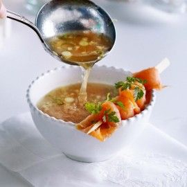 Pittige visbouillon met zalmspies