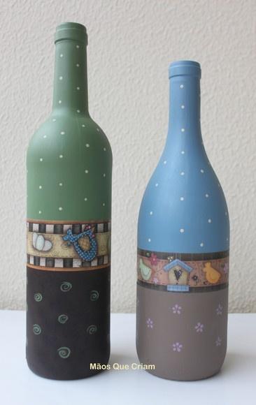 Garrafas de vidro decoradas.  Poderá ser feita com as cores e o tema desejados.