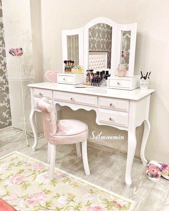 Selam kızlar ☺️☺️ sonunda istediğim makyaj masamı aldım  hemen yerleştirdim sizinle paylaşmak istedim  yoruldum okdar iyi paketlenmişti ki zor açtık  tebrik ederim @bugramobilya  Nasıl oldu kızlar ☺️ herkese Mutlu akşamlar öpüyorum  #mutluyumçünkü #makyajmasası #vintage #vintagehome #135k