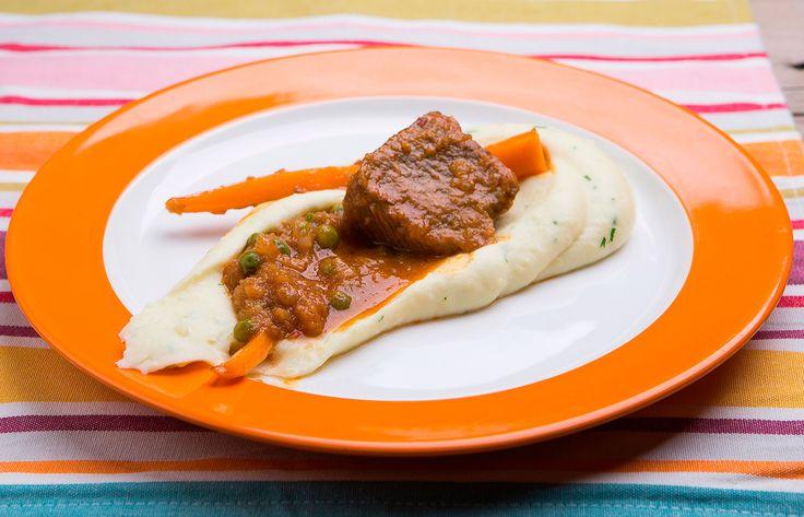 Μοσχάρι με αρακά καρότα και πουρέ