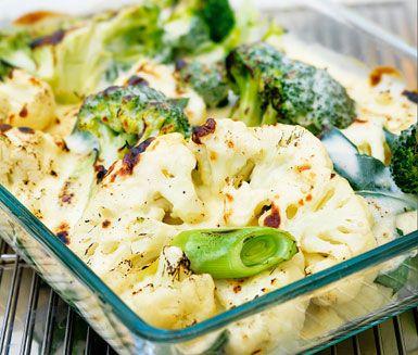 Krämig blomkåls- och broccoligratäng. Utmärkt tillbehör till skinka eller kassler. Med en fräsch sallad till har du ett ypperligt middagsmål som gillas av alla.