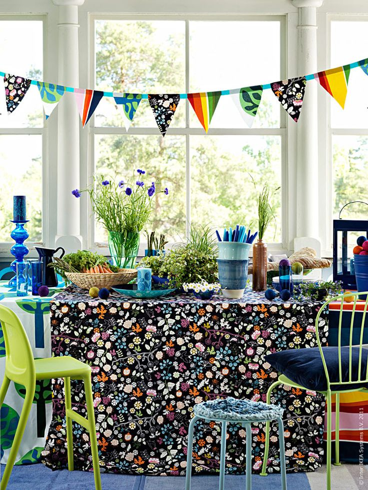 Om du ska bjuda på buffé eller ha ett större kalas i sommar så är vårt bästa tips att ta ut svängarna och låta dukningen spraka av färg! Blått och grönt är mustiga färger som är vackra tillsammans med nyskördade grönsaker och festliga bröd. Ta vad du har och blanda mönstrande tyger och låt dem hänga ner över golvet. Det gör bordet inbjudande och personligt. Anna L-B, Livet hemma redaktionen
