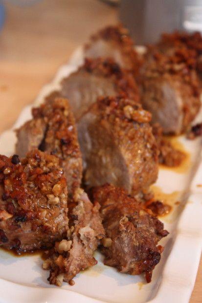 J'avais envie de sucré / salé, de croustillant pour un filet mignon de porc. Alors pourquoi pas le tartiner le miel, le saupoudrer d'épices et le rouler dans des noix concassées avant de le passer ...