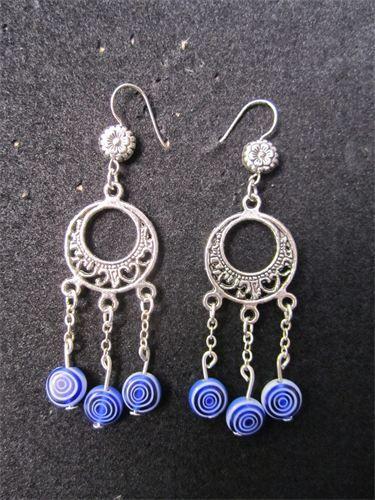 Spiral - 10    Mellanlånga örhängen med cirkelformade fästen och detaljer i silverpläterad metall. Hängande glaspärlor i Blå/Vit Spiralmönster samt nickelfria krokar. Frakten är inkluderad i priset.    Pris:  110 kr
