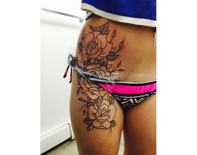 tatuajes de rosas en la cadera y piernas 1