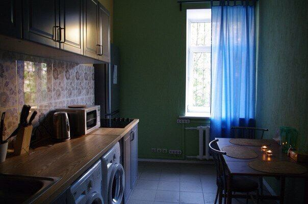 Уютная кухня обустроена со всем необходимым оборудованием (микроволновая печь, электрический чайник, шкаф для продуктов не требующих заморозки), столовыми приборами. Чай предоставляется БЕСПЛАТНО