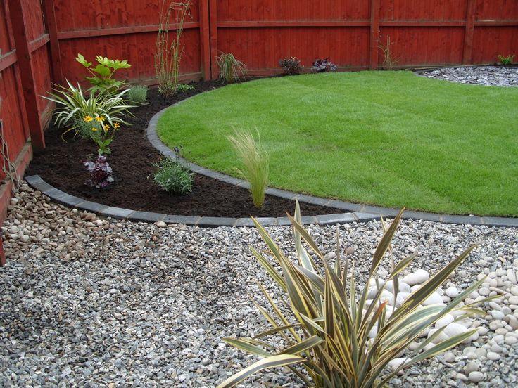 Snygg markering mellan gräsmatta och rabatt med sten, tycker om den runda formen