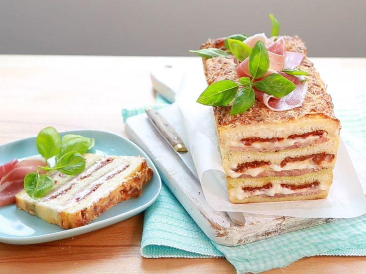 Quand le cake s'inspire du croque-monsieur, cela donne naissance au croque-cake : une recette facile et maligne pour surprendre et régaler toute la famille.