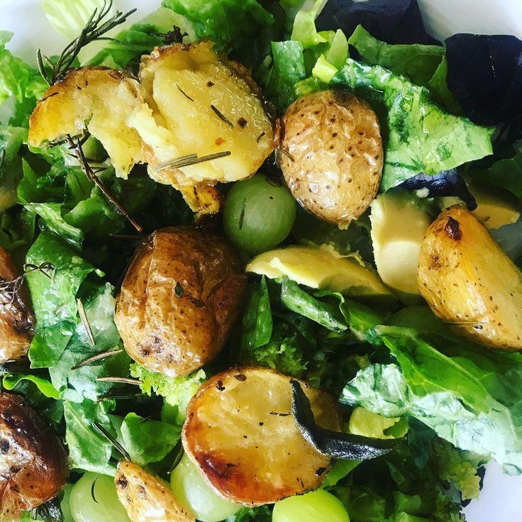 Sehr lecker gemischter Salat mit Brocoli, Avocado, Trauben und Rosmarin und Thym… – Diets