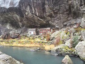 Helleren ligger ved Rv 44 i Jøssingfjord øst for Hauge i Dalane.