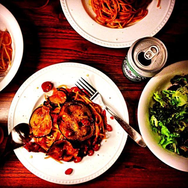 今日は子供たちの大好きなトマトソースで。 大きなナスも、薄切りなら食べやすいみたい。 - 71件のもぐもぐ - なすのトマトソーススパゲティ by Yuka Nakata