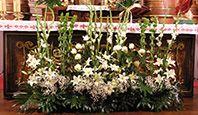 dekoracja ołtarza w kościele z okazji I Komunii Świętej