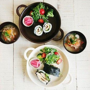 STUDIO M'などの人気食器ブランドを手がける【マルミツ陶器】。こちらは業務用ブランドとして評価の高いSOBOKAIのオーブン食器を使った和ンプレートです。カラーによって盛り付けの雰囲気もがらりと変わりますね!