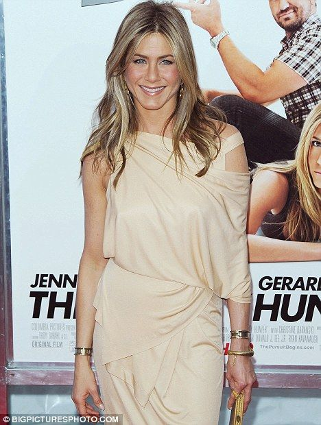 jennifer aniston's favorite t shirt and jeans brands