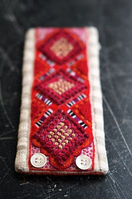 beautiful embroidered bracelet! On aiagart.blogspot.com