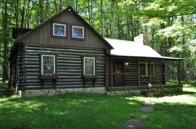 This rustic cabin rental near Blackwater Falls State Park in West Virginia is vintage in style, but with all the modern conveniences that glampers look for. Queen-size beds, a cozy wood-burning stove, and a television ensure glampers feel right at home, whilst being able to relax on the private porches to take in the spectacular views, or go explore the beautiful natural surroundings. West Virginia has a lot to offer a glamper, so why not come and see?