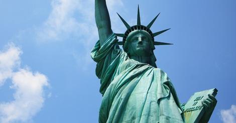 Het beeld werd op 28 oktober 1886 door Frankrijk aan de Verenigde Staten geschonken ter ere van het eeuwfeest van de Onafhankelijkheidsverklaring en als teken van vriendschap. De vrouw die op het beeld wordt afgebeeld heeft in haar linkerhand een plaquette waarop in het Romeinse de datum van de Amerikaanse onafhankelijkheidsverklaring is te lezen.
