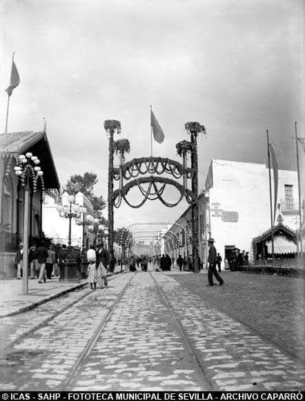 ICAS-SAHP Calle San Fernando adornada con arcos voltaicos para la Feria de abril. 1895 #sevillayer Archivo Caparró