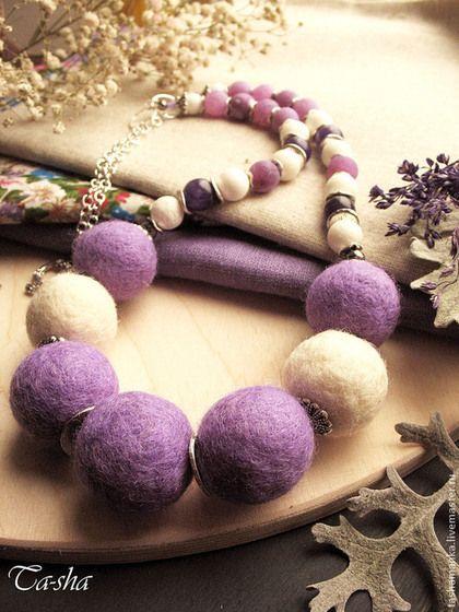 Милые, романтичные бусы выполнены из войлока и натуральных камней. Центральная часть бус -это валяные бусины из шерсти двух цветов: молочного и сиреневого. Также в бусах я использовала красивые бусины агата кракле нежно-сиреневого цвета, агат чернильно-фиолетового цвета и частично отполированный губчатый коралл молочного цвета. Бусины закреплены на ювелирном тросе. Застегиваются бусы на замок-тогл серебряного цвета.