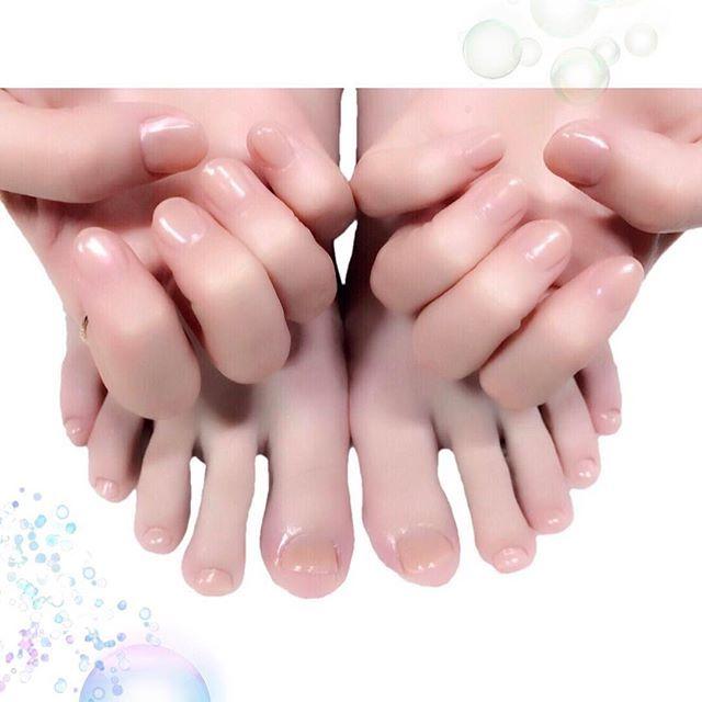 ベージュにオーロラ🌙 MissMirageS11(一度塗り目にワンコート)、S13+22(二度塗り目にワンコート)、ピアドラのミラーパウダー #nail #nails #nailart #ネイル #美甲 #ネイルアート  #clou #nagel #ongle #ongles #unghia #footnails #フットネイル #ペディキュア #pedicure #オーロラネイル #ベージュネイル #シンプルネイル #ワンカラーネイル #simplenails #beigenails #onecolor #佐藤さき ちゃん