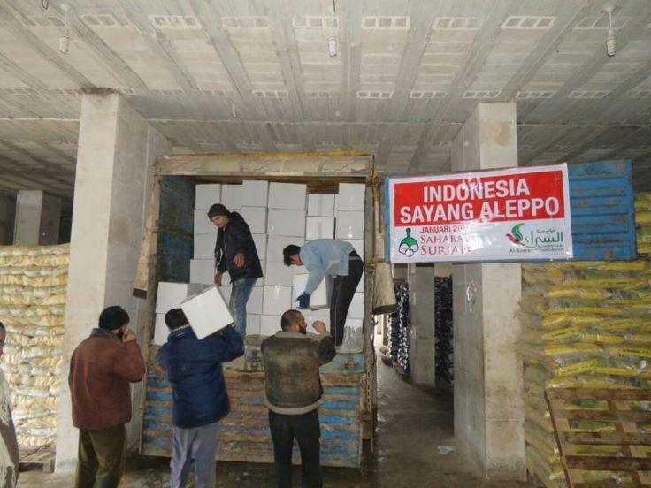 Alhamdulillah Indonesia Semakin Sayang Pengungsi Aleppo  Foto: Sahabat Suriah | Sahabat Al-Aqsha  YOGYAKARTA Jumat (Sahabat Al-Aqsha | Sahabat Suriah): Alhamdulillah teman-teman relawan di Idlib bekerja sepanjang hari di tengah cuaca dingin demi menunaikan amanah-amanah dari keluarga Indonesia untuk saudara-saudara mereka dari Aleppo yang kini sudah mengungsi ke Idlib. Sebuah truk berisi selimut matras dan paket makanan Selasa (3/1) lalu telah diterima oleh keluarga-keluarga kita.  Semoga…