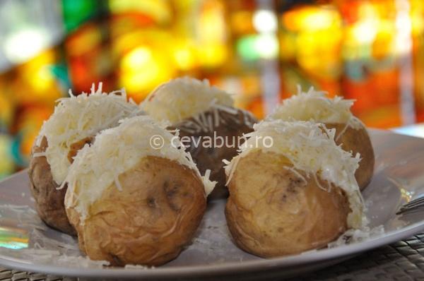 Cartofi copți, umpluți cu brânzeturi