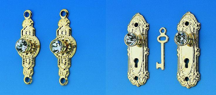 Ach wie schön ist das denn? Was wäre eine historische Tür ohne eine vergoldete Messing Klinke? Eine Holztruhe ohne hübschen Beschlag? Oder wie wäre es mit einem Kristalltürknopf? Man gönnt sich ja sonst nichts! Nun überlassen wir Sie der Qual der Wahl und wünschen Ihnen viel Spaß dabei!