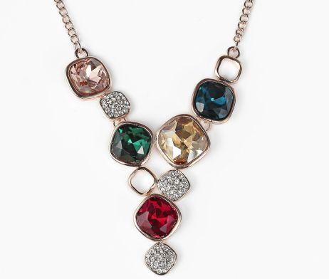 Luxusná ružovo zlatá retiazka s príveskom v tvare ozdobných kryštálov. Príveskok tvoria ozdobné kamienky s kryštálmi. Retiazka má dĺžku 20 + 6,5cm. Veľkosť prívesku je 6,7 x 4,7cm. Prívesok zvýrazní Váš mladistvý vzhľad a rozžiari osobnosť v elegantnom prevedení, ktoré si určite zamilujete. Tento luxusný prívesok ma netradičný dizajn a patrí k štýlovým doplnkom k Vášmu každodennému outfitu.