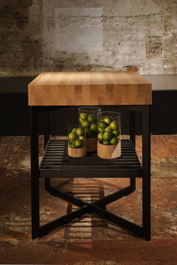 With a top made of wood or stainless steel, preparing and cooking food together becomes a communicative experience with bulthaup b+ solitaires. Whether as a work surface for cutting and preparing food, as a sideboard for a reception or as a buffet for finger food – the element offers a wealth of creative options.