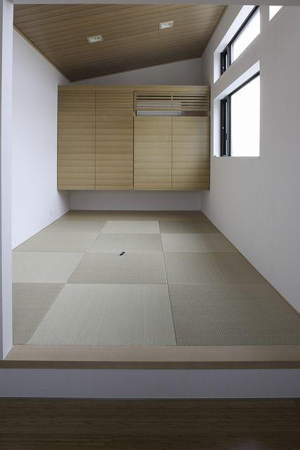 明るい窓に、斜めの天井。ちょっとリラックスしたい時にこんなスペースがほしいですね。
