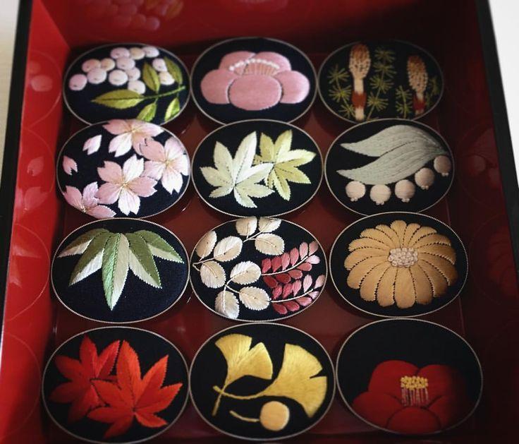 日本刺繍で刺した四季の帯留め12ヶ月。 この中から3点の掲載を含む書籍「ちいさな日本刺繍」の作品撮影をしてくださったカメラマンの下村しのぶさんが主催する、カナリアフォトスタジオが設立8周年記念を迎え、展覧会が開催されます。 私も掲載作品以外の帯留を含む、全12点を 展示させて頂く予定です。 ・ カナリアフォトスタジオ設立8周年記念 金糸雀博覧会 2015年12月5日(土)-12月10日(木) 11時〜19時(最終日18時まで) ギャラリーW ・ #embroidery #handmade #kimono #japanese #刺繍 #帯留め #着物 #四季 #日本刺繍 #japanese embroidery #下村しのぶ #浅賀菜緒子