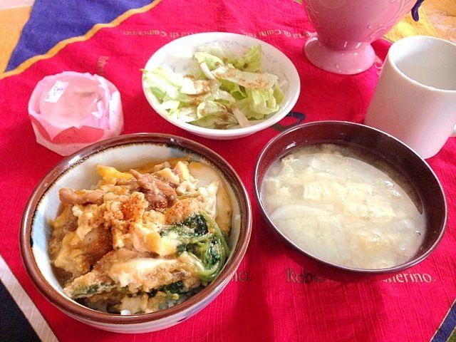 今日は冷凍してた親子丼で簡単にお昼ご飯 - 5件のもぐもぐ - 親子丼、薄揚げと大根のお味噌汁、サラダ、さくらぷりん by m2chibi
