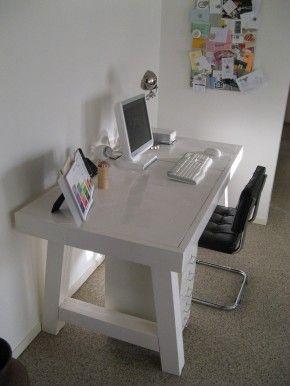 Mooi model bureau in steigerhout