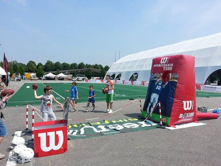 American Football a Cheer Up con il team di casa dei Titans della Romagna: animazione, foto e lezioni di lanci con la postazione gonfiabile (foto)