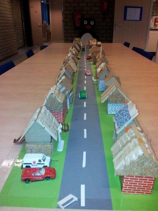 Leuk zeg! Een lange straat, huisjes beplakt met steentjes papier en halve knijpers. Leuk om de gezamenlijke ruimte op te 'leuken'!