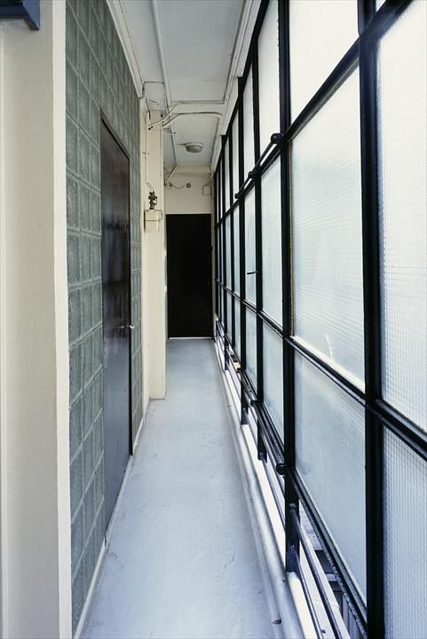Узкий коридор у входа в квартиру.  (архитектура,дизайн,экстерьер,интерьер,дизайн интерьера,конструктивизм,Ле Корбюзье,Франция,Париж,вход,прихожая) .